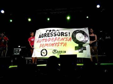 Pancarta que habría provocado el altercado entre dos personas en Oliva