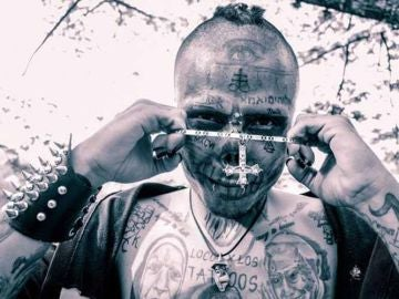 En la imagen el joven que quiere parecer a una calavera, Kalaca Skull