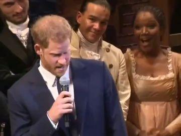 Imagen del príncipe Harry cantando