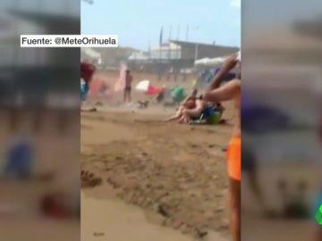 Un tornado pilla por sorpresa a los bañistas en una playa de Torrevieja