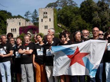 Concentración del colectivo '19 de Meirás' a los pies de la muralla del Pazo de Meirás