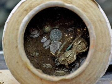 Vasija de cerámica encontrada con objetos dorados en su interior
