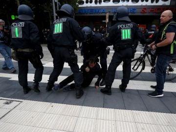 Agentes bloquean a un hombre en la marcha de ultraderechistas en Chemnitz