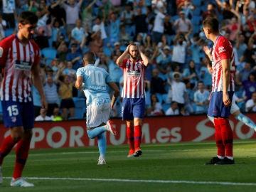 Iago Aspas celebra un gol ante la frustración del Atlético