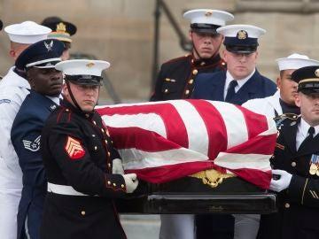 Una guardia de honor militar lleva el féretro del senador John McCain