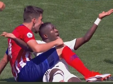 El capitán del filial del Atlético intenta morder a Vinicius Jr.