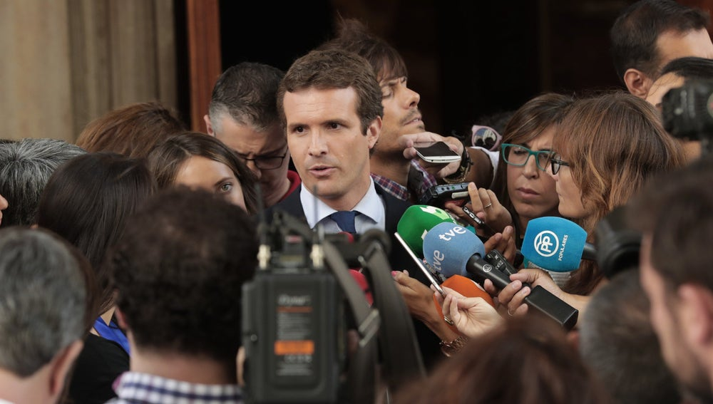 El presidente del PP, Pablo Casado, atiende a los medios