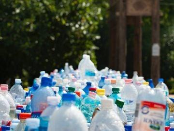 El plástico, el material presente en la mayoría de los envases, es uno de los principales enemigos del medio ambiente