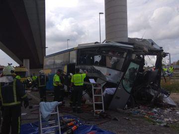 El autobús de Alsa empotrado en una columna de hormigón en Avilés
