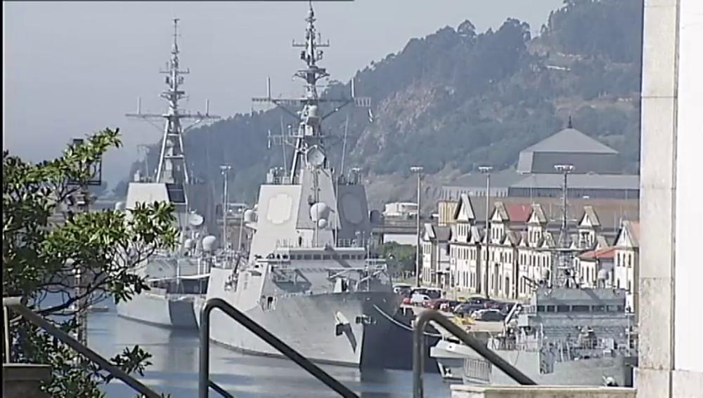 Barco militar anclado en el puerto
