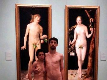 Una pareja se desnuda en el Prado y sube la imagen en redes