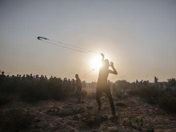 Cientos de palestinos participan en una protesta en Gaza
