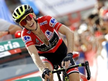 Simon Yates llega a meta en una de las etapas de la Vuelta