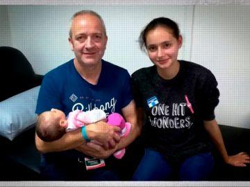 Alberto Aguilar con su hija Patricia y su nieta Naaomi