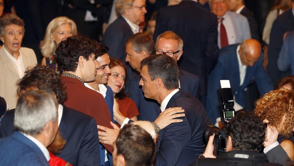 'Los Javis' hablando con Pedro Sánchez