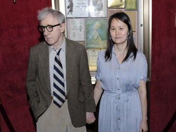 En la imagen, el director estadounidense Woody Allen y su esposa Soon-Yi Previn