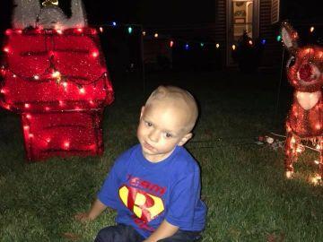 Brody Allen junto a los adornos de Navidad de su casa