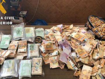 Imagen de los billetes recogidos por la Guardia Civil en el arcén