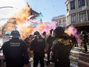 Los Mossos cargan contra los soberanistas tras lanzarles polvos de colores