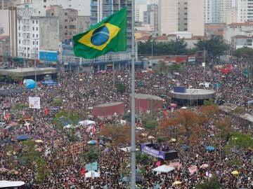 Miles de mujeres manifestándose en Brasil contra el ultraderechista Jair Bolsonaro