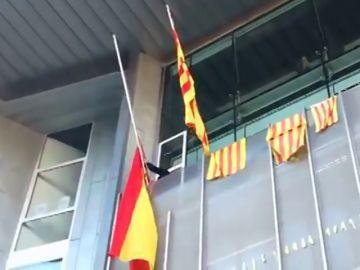 Miembros de los CDR entran en un edificio del Govern en Girona para retirar la bandera de España