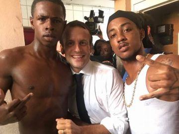 Revuelo por la fotografía de Macron con dos polémicos jóvenes