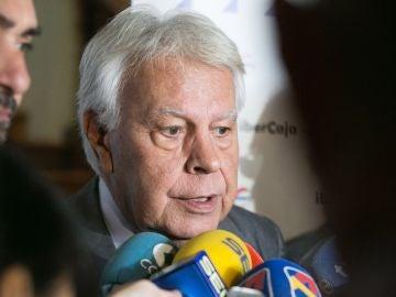 El expresidente del Gobierno de España Felipe González, hace declaraciones antes de participar en la reunión del Consejo Empresarial de CEOE Aragón