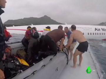 Hallan el cuerpo sin vida de un ocupante del avión que cayó a una laguna en Micronesia