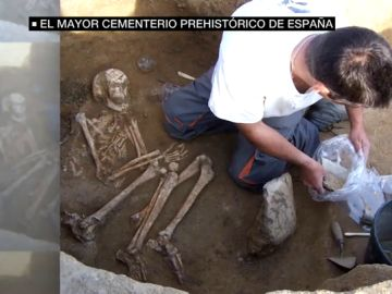 Más de 2.000 estructuras y una necrópolis de 160 tumbas: así es el yacimiento de Humanejos, el cementerio prehistórico más grande de España