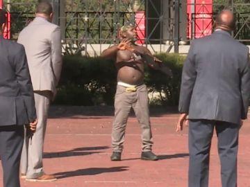 La Policía logra reducir con una pistola eléctrica a un hombre armado con un enorme machete