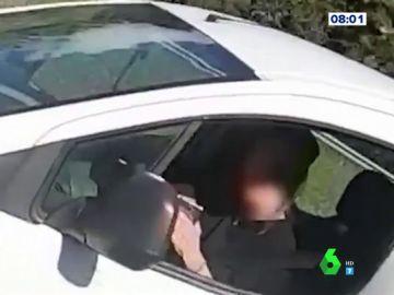 La indignante imprudencia de un conductor distraído con el móvil que casi arrolla a un ciclista