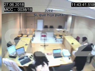 Un micro abierto capta los vergonzosos insultos de un juez a una víctima de violencia machista