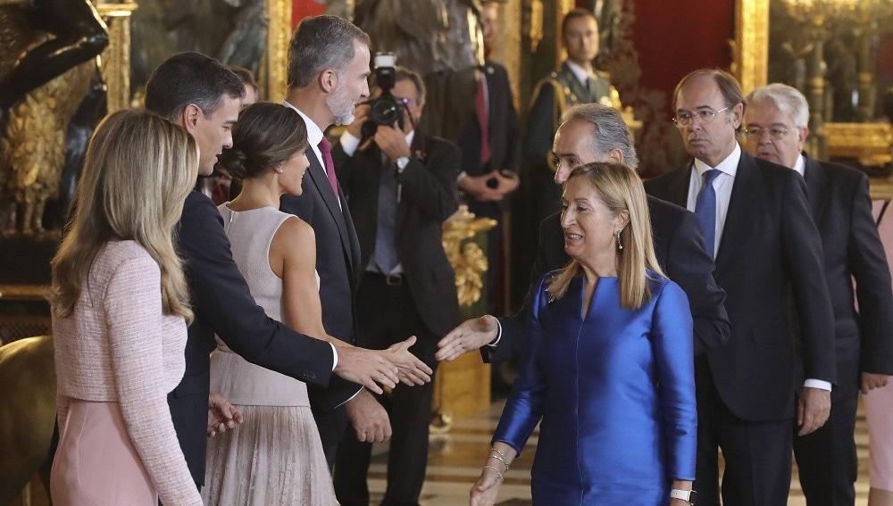 Los reyes junto al presidente del gobierno y su mujer Begoña Gómez, durante la recepción en el Palacio Real