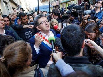 El líder del partido político La Francia Insumisa (LFI) y miembro del parlamento, Jean-Luc Mélenchon, se dirige a la prensa tras el registro de la policía