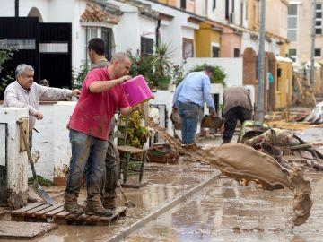 Vecinos de Estepona achicando agua