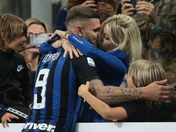 Icardi besa a su mujer tras marcar un gol