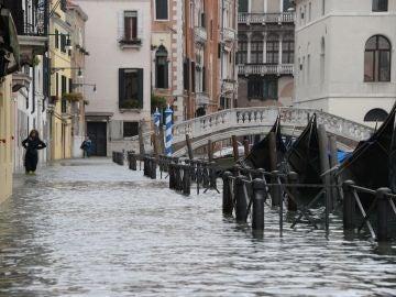 Vista de una calle inundada en Venecia, Italia