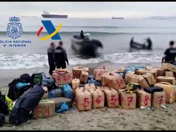 Intervenidas más de tres toneladas de hachís y una 'narcolancha' en el Campo de Gibraltar