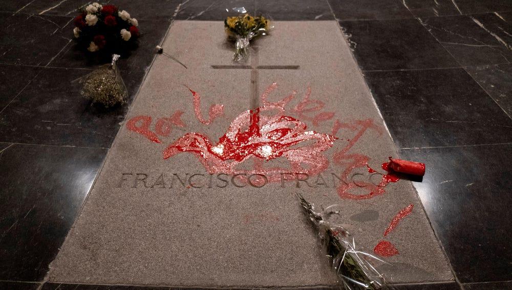 Imagen de la pintada sobre la tumba de Franco en el Valle de los Caídos