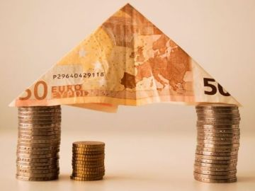 Imagen de archivo de dinero.