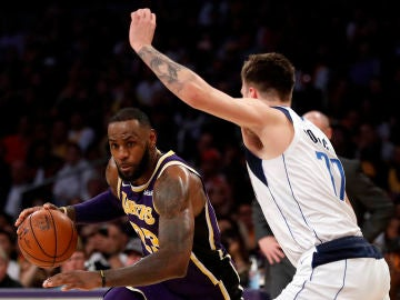 LeBron James intenta entrar a canasta ante la defensa de Luka Doncic