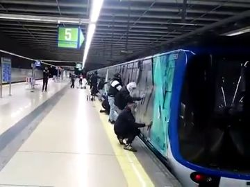 Grafiteros pintando en el Metro