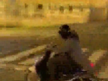La temeraria acción de un motorista que se sube al carril bici y choca contra una parada de autobús en Sevilla