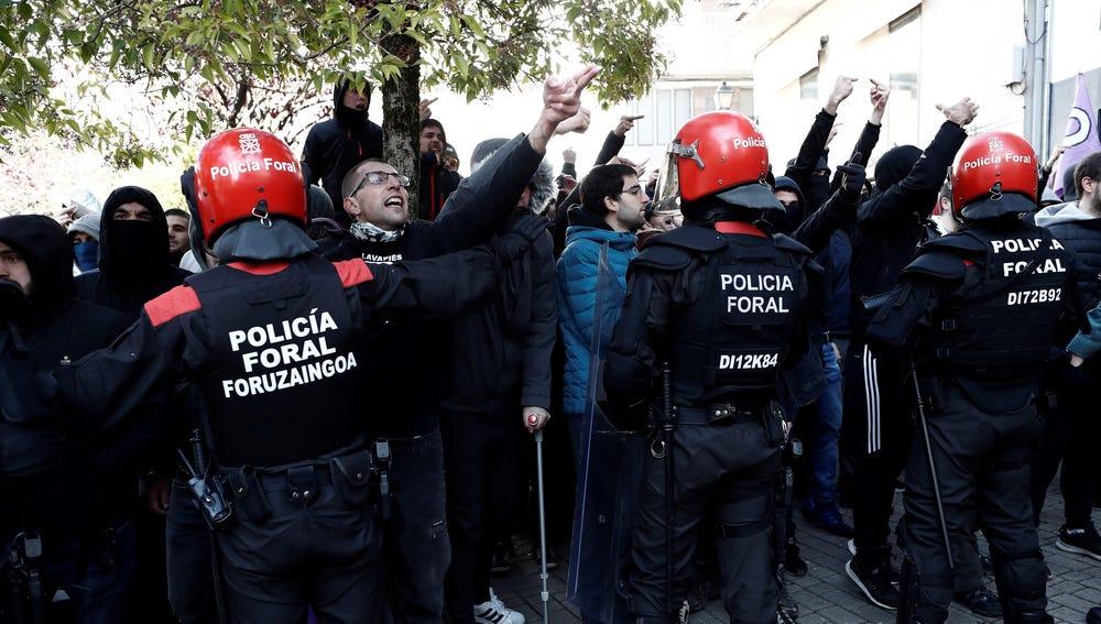 Efectivos de la Policía Foral frente a una manifestación que tiene lugar en Alsasua