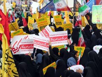 Iraníes celebrando el asalto a la embajada de EEUU