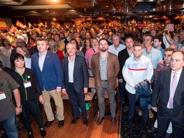 El líder de Vox, Santiago Abascal, junto a José Antonio Ortega Lara (i), fundador del partido en la conferencia que dieron en un hotel de Murcia titulada La España Viva