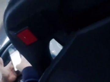 Expedientan al conductor de un autobús de Barcelona por conducir mientras miraba el móvil con las dos manos