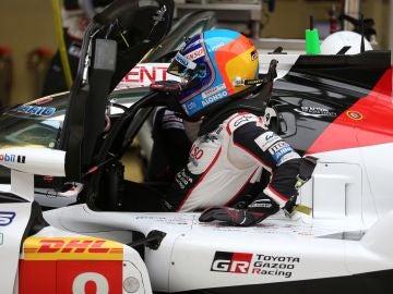 Fernando Alonso, subiéndose a su Toyota