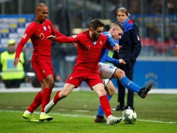 Verratti intenta proteger el balón ante Bernardo Silva y Joao Mario