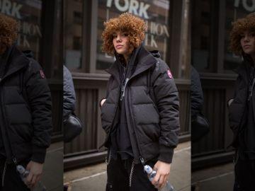 Imagen de una joven con un abrigo de Canada Goose, una de las marcas que ha prohibido llevar la escuela de Liverpool